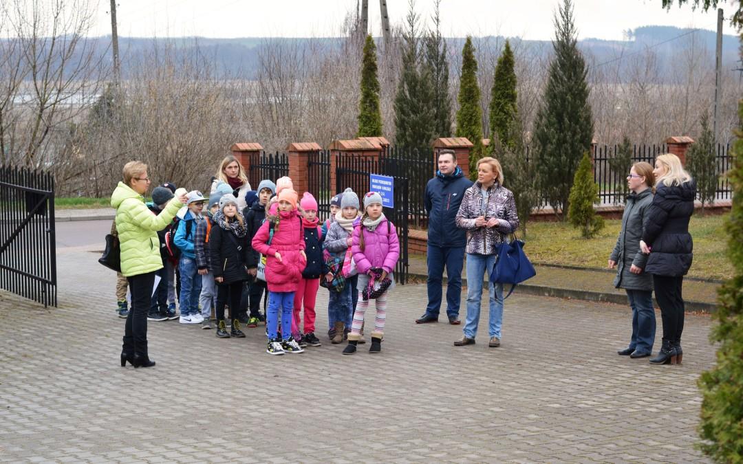 Wycieczka na Ujęcie Wody Rybaki dzieci ze Szkoły Podstawowej nr 4 w Łomży.